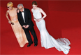 """Актриса Паркер Поузи, режиссер Вуди Аллен и актриса Эмма Стоун (слева направо) на красной ковровой дорожке перед показом фильма """"Иррациональный человек"""""""