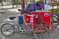 Также от жары сильно пострадали уличные торговцы, рабочие-строители, водители рикш и бездомные, которые вынуждены длительное время находиться под солнцем