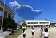 Сейчас вулкан продолжает выпускать черный дым и пепел