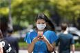 Вирус распространяется воздушно-капельным путем. Наибольшему риску подвержены люди с ослабленным иммунитетом, хронической болезнью легких, диабетом и почечной недостаточностью. Люди на улицах в целях предосторожности носят маски.