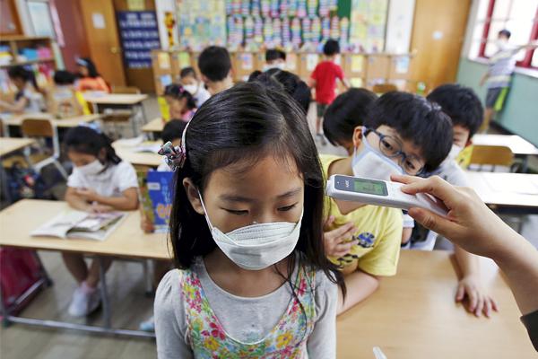 В Южной Корее официально подтвержден первый в стране случай заболевания ребенка школьного возраста. Власти опасаются эпидемии этого смертоносного инфекционного заболевания в школах и детских садах. На карантин закрыты более 2 тысяч учебных учреждений.