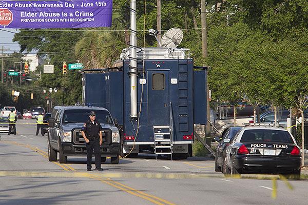 По данным полиции, подозреваемый - белый мужчина в возрасте около 30 лет - пришел на богослужение вечером в среду и оставался на службе около часа, прежде чем открыть шквальный огонь. Жертвами стрелка стал, в том числе настоятель церкви, сенатор от штата Клемента Пинкни.