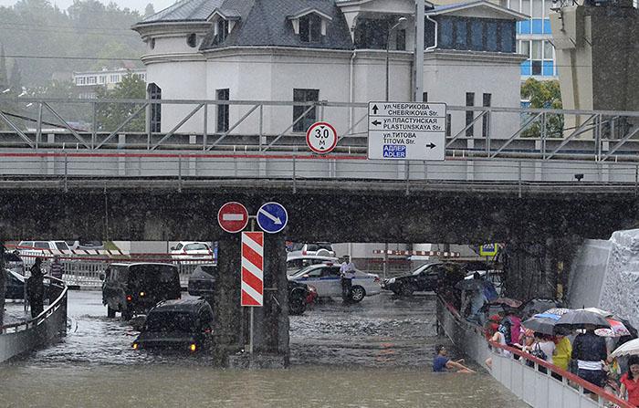 Власти Сочи в четверг днем объявили чрезвычайную ситуацию в связи с обильным выпадением осадков в городе-курорте