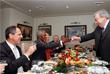 Бывший премьер-министр РФ Евгений Примаков (справа), Генеральный секретарь ООН Кофи Аннан (слева на заднем плане) и министр иностранных дел РФ Сергей Лавров во время обеда в Москве, апрель 2004 год