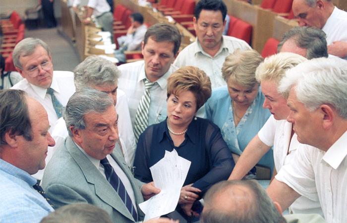 """Лидер фракции """"Отечество - Вся Россия"""" Евгений Примаков с членами фракции во время обсуждения проекта Земельного кодекса, июль 2001 год"""