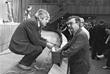Народный депутат Гавриил Попов (слева) и председатель Совета Союза Верховного Совета СССР Евгений Примаков во время перерыва собрания Межрегиональной депутатской группы, июль 1989 год