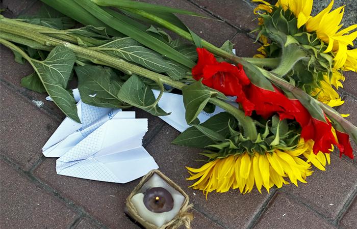 Цветы у посольства Нидерландов в Киеве