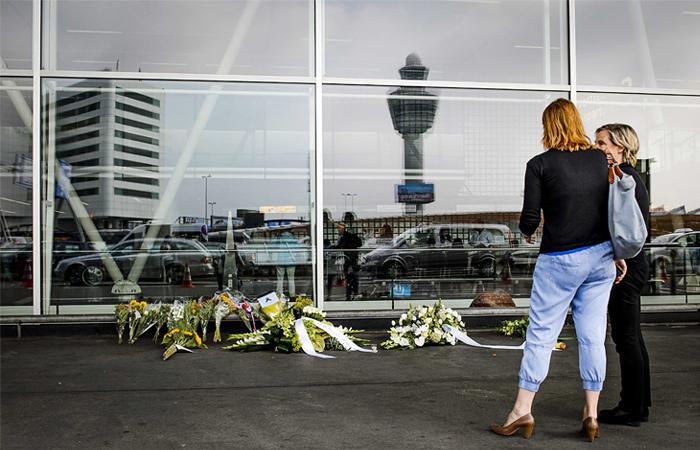 Цветы в память погибших при крушении рейса MH17 в амстердамском аэропорту Схипхол