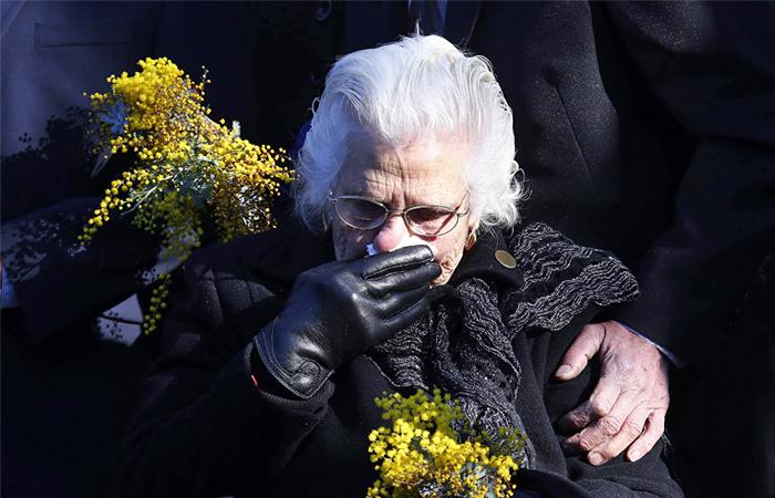 Родственница пассажиров, погибших в результате крушения, на траурной церемонии у памятного мемориала в Австралии