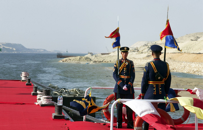 Торжественная церемония открытия второго русла Суэцкого канала в Египте началась с военного парада.
