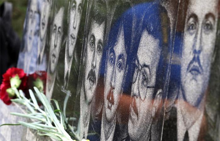 Цветы у памятника морякам-севастопольцам, погибшим на атомном ракетном подводном крейсере