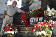 Мужчина возлагает цветы к памятнику в Москве