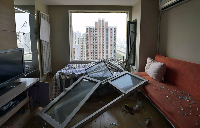 Взрывной волной были выбиты стекла зданий, расположенных в радиусе примерно 2 километров от места  взрыва