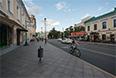 Широкий тротуар, узкая проезжая часть. На этой улице предусмотрено место для всех: пешеходов, автомобилей и общественного транспорта.