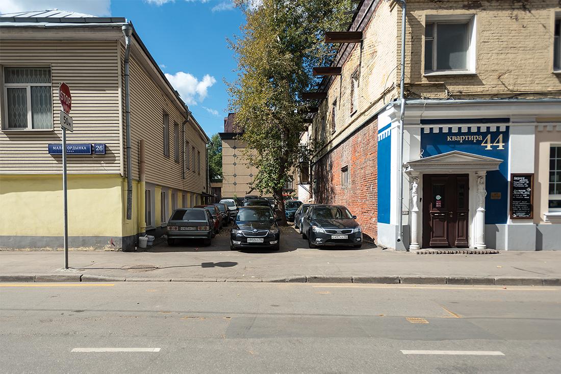 Транспортная система Москвы меняет свой характер и иногда кажется, что тут решено не оставлять место для автомобиля, но это не так