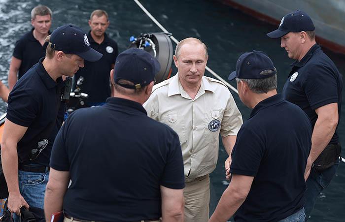 Президент России Владимир Путин совершил погружение на батискафе к затонувшему древнему судну, лежащему в районе Севастополя на 83-метровой глубине