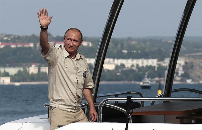 """""""Так совпало, что именно в этот день мы оказались в Крыму и наблюдали один из редких объектов, который специалистами относится к X-XI веку. Это галеон, который перевозил гражданские грузы и затонул возле Балаклавской бухты. Очень интересный объект. Но он еще подлежит исследованию специалистами. Надо сказать, что таких объектов в северном Черноморье не так уж много"""", - сказал президент."""