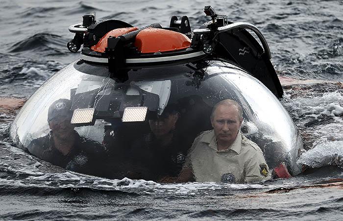 """В июле 2013 года президент посетил остров Гогланд в Финском заливе, где ознакомился с программой подводных исследований РГО. На подводном аппарате """"Си-эксплорер-5"""" Путин спустился в Финском заливе к месту обнаружения затонувшего в 1869 году парусного винтового фрегата """"Олег"""". Президент находился на глубине около 30 минут."""