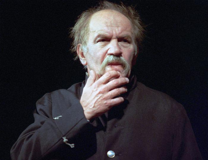 """Лев Дуров в роли Жевакина в спектакле """"Женитьба"""". 1996 год."""