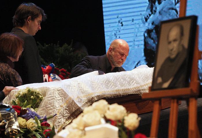 На церемонии прощания с актером и режиссером Львом Дуровым в Театре на Малой Бронной
