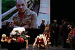 Гроб с телом Дурова был установлен на сцене. На заднике сменяли друг друга кадры из фильмов и из спектаклей с участием артиста.