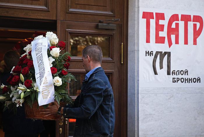 От театра траурная процессия направилась на Новодевичье кладбище