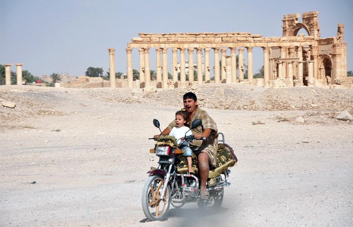Мировая общественность опасается, что древние памятники Пальмиры постигнет такая же участь, что и ряд других архитектурных объектов, которые были разрушены боевиками ИГ на территории соседнего Ирака
