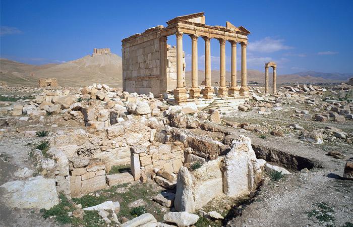Развалины тянутся с юго-востока на северо-запад непрерывным рядом на протяжении приблизительно трех километров и состоят из остатков сооружений, относящихся к разным эпохам