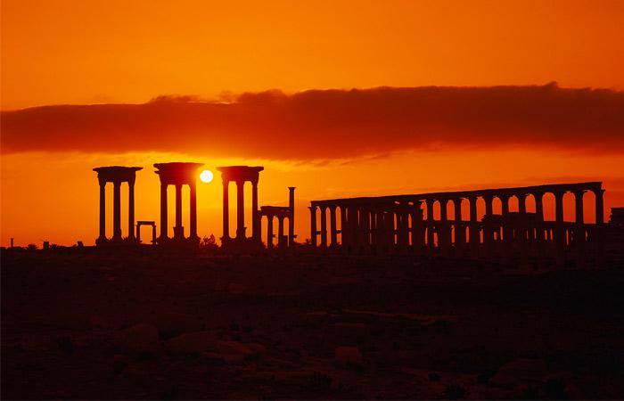 Пальмира, расположенная в оазисе Сирийской пустыни, была одним из богатейших городов поздней античности