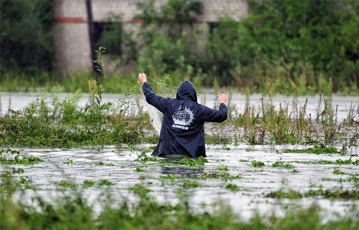 """На одной из улиц села Покровка, затопленных после тайфуна """"Гони"""""""