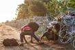 Нелегальные мигранты пробираются через колючую проволоку на границе между Венгрией и Сербией