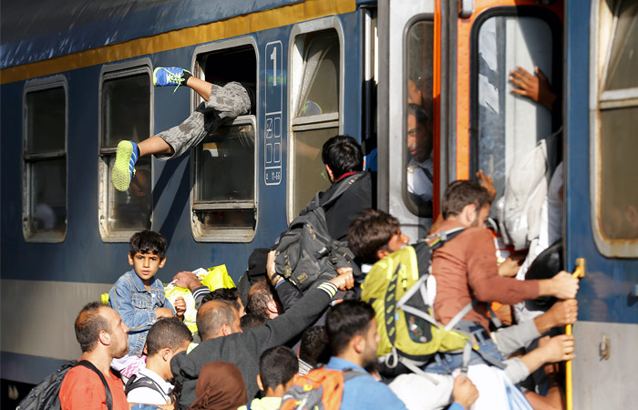 Мигранты штурмуют поезд на вокзале Келети в Будапеште