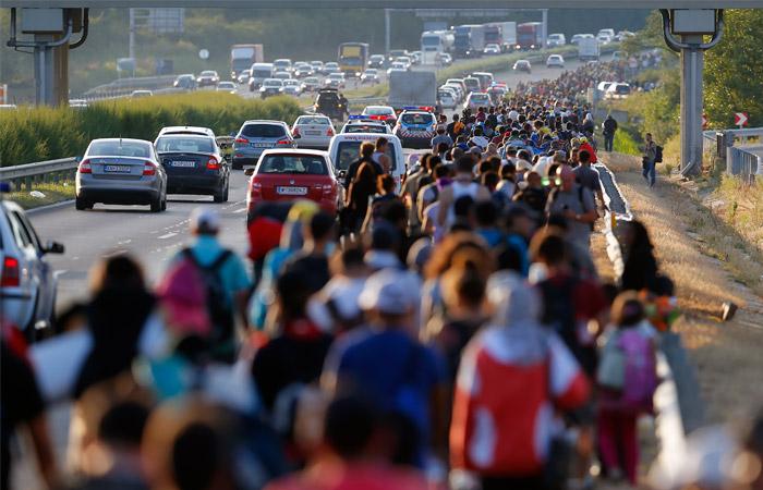 Сотни мигрантов идут пешком из Будапешта к австрийской границе