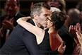 Дэвид Бэниоф целует жену