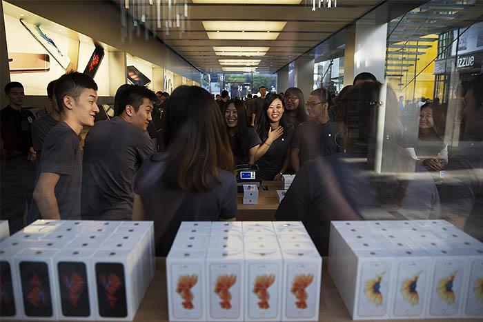 Ранее представители Apple сообщали, что, исходя из объема предзаказов, продажи смартфонов новой модели в первые выходные могут превысить 10 млн единиц, превзойдя тем самым рекорд, установленный iPhone 6 в предыдущем году.