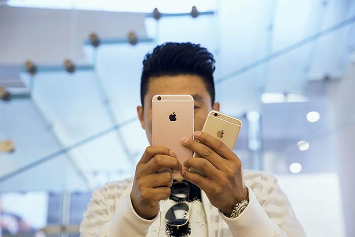 В США стоимость iPhone 6s варьируется в пределах от $199 до $399 в зависимости от объема встроенной памяти, при условии заключения двухлетнего контракта с оператором. Цена iPhone 6s Plus, отличающегося большим экраном, на $100 выше. В Великобритании топовая модель с 128 гигабайт памяти стоит $500.