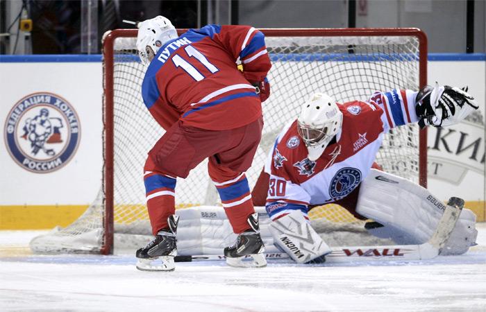 Президент России Владимир Путин во время хоккейного матча