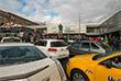 На парковке перед площадью, что не удивительно, свободных мест не было, что заставляло людей парковаться в несколько рядов