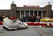 Теракт произошел у центрального железнодорожного вокзала в Анкаре утром в субботу, 10 октября. Взрывы произошли в тот момент, когда на площади собирались сторонники прокурдской Народно-демократической партии (НДП) для участия в организованном Конфедерацией турецких профсоюзов митинге в поддержку прекращения конфликта между Курдской рабочей партией и турецкими властями.