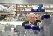 Нобелевскую премию по химии в этом году разделили швед Томас Линдаль (на фото), американец Пол Модрич и ученый турецкого происхождения Азиз Санкар. Награда присуждена им за исследование механизмов репарации ДНК. Томас Линдаль первым показал, что ДНК чрезвычайно подвержена различным повреждениям. Если бы она не исправлялась, то развитие жизни на Земле было бы невозможным. Это привело Линдаля к открытию механизма эксцизионной репарации, которая вырезает поврежденные участки и заменяет их нормальными.