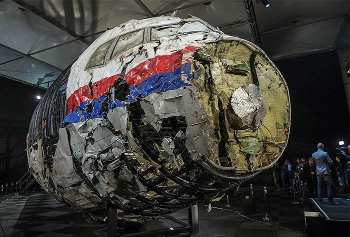 """""""Боинг"""" авиакомпании """"Малазийские авиалинии"""", выполнявший рейс MH17 из Амстердама в Куала-Лумпур, потерпел крушение 17 июля 2014 года в Донбассе на территории, контролируемой ополченцами. На борту лайнера находились 298 человек: 283 пассажира и 15 членов экипажа. Все они погибли."""