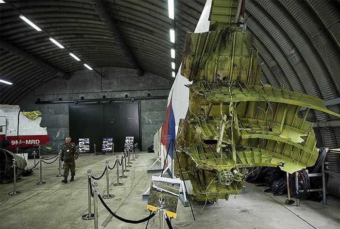 Кроме того, в докладе отмечено, что катастрофа произошла в условиях, когда Украина не закрыла воздушное пространство над зоной боевых действий на востоке страны