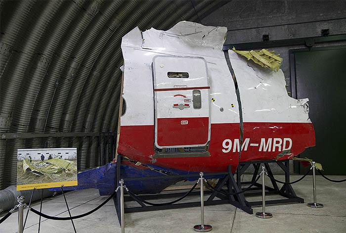 Согласно данным доклада Совета по безопасности Нидерландов, ракета поразила кабину пилота с левой стороны. После взрыва ракеты головная часть самолета отделилась от фюзеляжа.