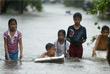 В понедельник дожди продолжились. В некоторых частях страны уже выпало более метра осадков .