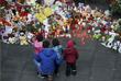 Цветы и свечи в память о жертвах крушения A321 в аэропорту Пулково