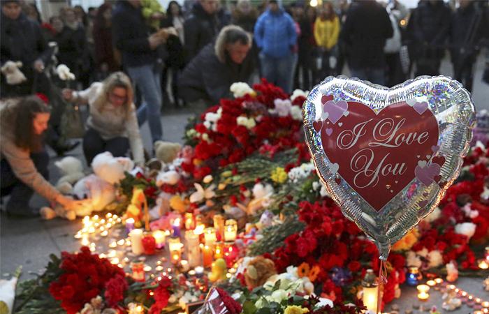 Импровизированный мемориал в память о погибших в авиакатастрофе в Пулково