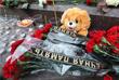 Цветы и свечи у памятника пограничникам Отечества на площади Яузских ворот в Москве в память о жертвах авиакатастрофы