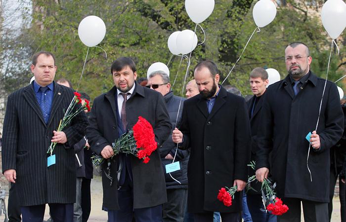 Заместитель председателя народного совета Донецкой народной республики Денис Пушилин (второй слева) возлагает цветы в память о погибших пассажирах рейса Шарм-эль-Шейх - Санкт-Петербург