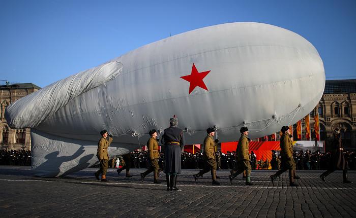 Заградительный аэростат на марше, посвященном 74-й годовщине военного парада 7 ноября 1941 года на Красной площади