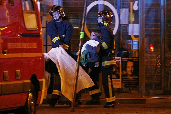 """Раненых эвакуируют из концертного зала """"Батаклан"""", где в пятницу вечером сотни людей собрались на концерт рок-группы. В зал ворвались террористы и захватили присутствующих в заложники. Парижская полиция взяла здание штурмом. Точное число погибших пока не известно, сообщается о десятках возможных жертв."""